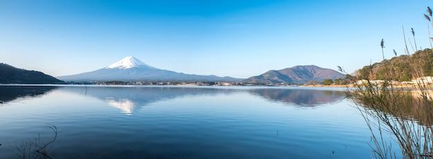 Ландшафт горы фудзи. путешествие и осмотр достопримечательностей японии в отпуске. скопируйте место для текста.
