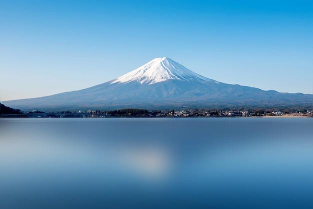 Ландшафт горы фудзи. путешествие и осмотр достопримечательностей японии в отпуске.