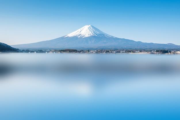 Горный пейзаж фудзи. путешествие и осмотр достопримечательностей японии в отпуске.