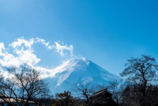 Гора фудзи с голубым небом