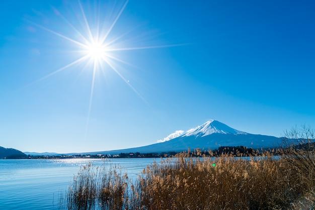 河口湖と青空が広がる富士山