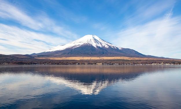Гора фудзи с отражением в озере.