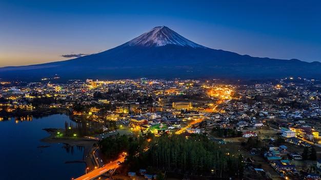 日本の夜の富士山と富士河口湖町。