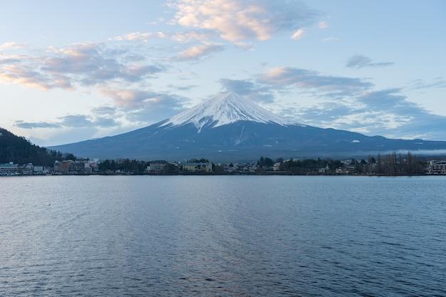 日本の河口湖にある湖のある富士山。