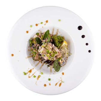 Салат фудзияма на белой тарелке