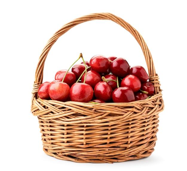Полная корзина спелой вишни крупным планом