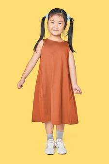 스튜디오에서 드레스에 전신 아시아 소녀