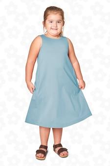 Ragazza di tutto il corpo in abito blu