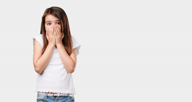 フルボディ少女は非常に怖いと恐れて、何かに絶望的で、苦しみと目を開いての叫び、狂気の概念