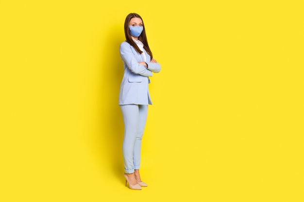 전신 사진 수석 요원 소녀 교차 손은 copyspace 준비 작업 사무실 covid 격리 의료 안전 마스크 파란색 재킷 바지 하이힐 격리 밝은 빛나는 색 배경을 서 서