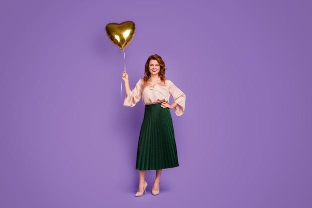 Фото всего тела очаровательной великолепной девушки с воздушным шаром в форме сердца