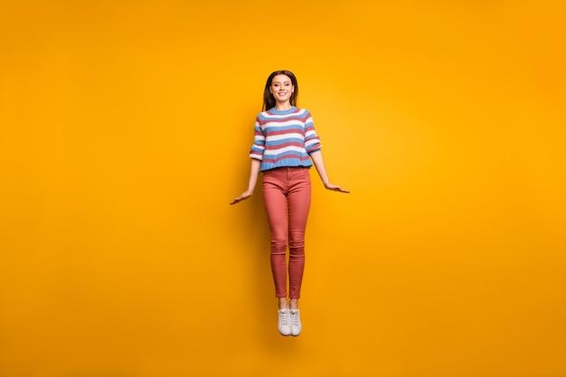 콘텐츠 소녀 점프의 전신 사진 즐길 수 프리미엄 사진