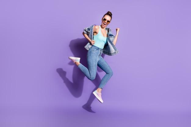 喜んでいる女の子のジャンプの全身写真は、幸運な割引宝くじの勝利を喜ぶことをお楽しみください