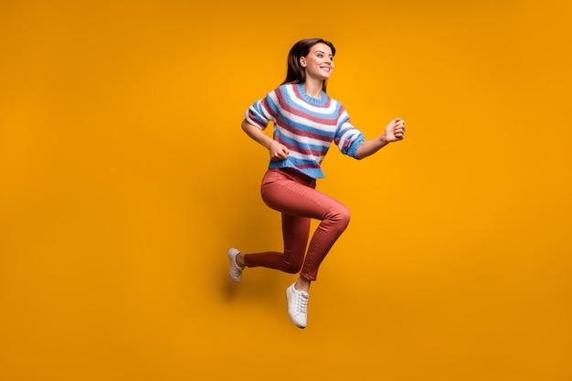 사랑스러운 소녀 점프 런의 전신 사진