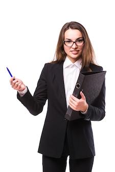 手持ちマーカーで背中に何かを提示する笑顔のビジネス女性の全身写真。白い壁に隔離