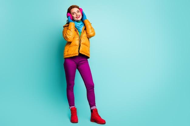 Портрет очаровательной милой женщины в полный рост, прикоснитесь к ее мягким теплым ярким ушным крышкам, почувствуйте себя мечтательно, наслаждайтесь праздниками в повседневной одежде.