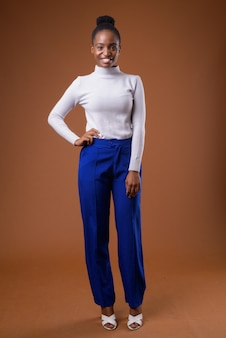 Полное тело портрет молодой красивой африканской деловой женщины зулу улыбается
