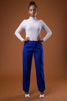 Полное тело портрет молодой красивой африканской деловой женщины зулу стоя