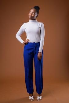 Полное тело портрет молодой красивой африканской бизнесвумен зулус мышления
