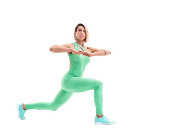 ストレッチ若いスポーティな女性の全身ポートレート