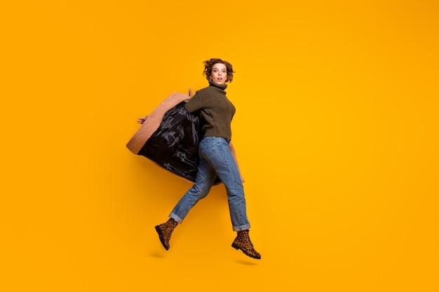 캐주얼 핑크 코트 착용 니트 풀오버 청바지 레오파드 신발을 벗고 높은 도보 쇼핑 센터 점프 재미 예쁜 아가씨의 전신 프로필 사진