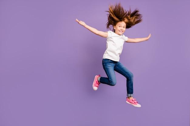 Вид в профиль в полный рост забавной маленькой фокси-леди, прыгающей в высоком веселом настроении
