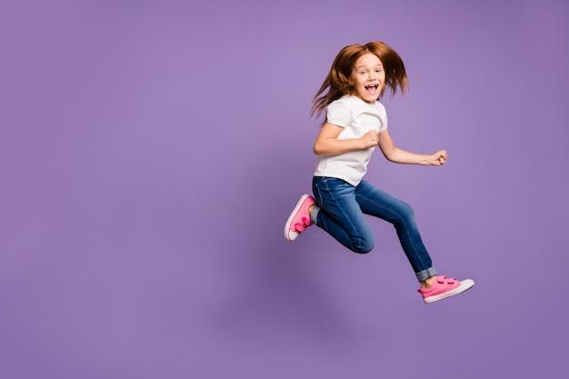 Вид в профиль в полный рост забавной маленькой фокси-леди, прыгающей высоко от радости