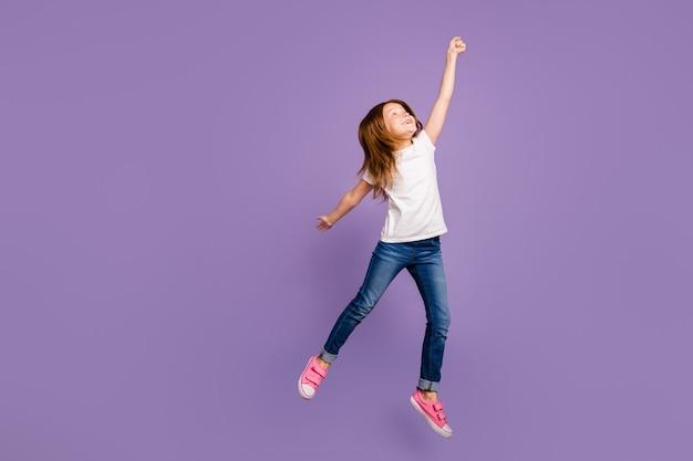 傘を想像して高くジャンプする面白い小さな生姜の女性の全身縦断ビュー