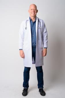 笑顔幸せな成熟したハゲ男医師の全身ショット