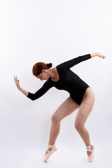 여자 발레 댄서의 전신 샷 흰색 배경에 대해 격리 포즈