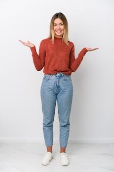 全身の若い白人女性は腕で鱗を作り、幸せで自信を持っています。