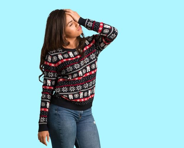 Полное тело молодой женщины, носящей рождественский свитер, забывчивый, понимают что-то