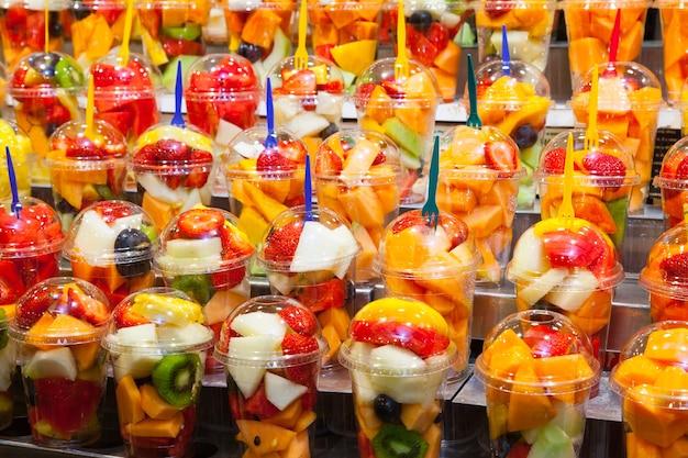 Полные цвета в этой детали фруктовых салатов, представленных на испанском рынке.