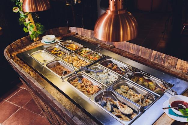 Полная еда витрина разнообразных блюд. бар