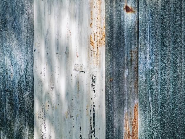파란색과 흰색 골판지 아연 판 벽의 전체 프레임 배경