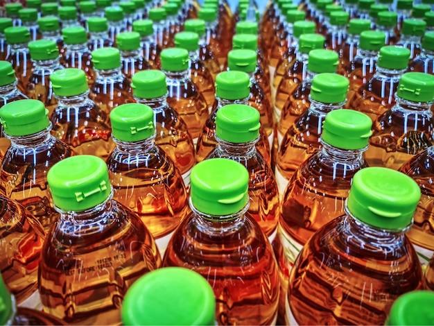 Полный кадр фон группы бутылок растительного масла в магазине