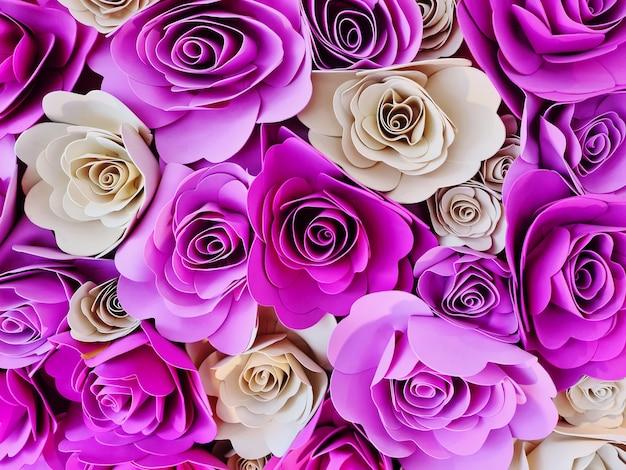 Полнокадровый фон из розовых и белых роз, украшенных для праздничных мероприятий