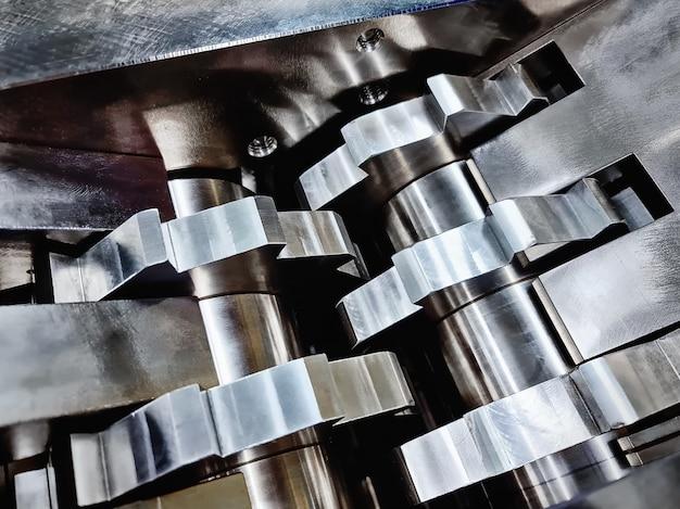 機械を粉砕する部品のステンレス鋼の歯の完全なフレームの背景