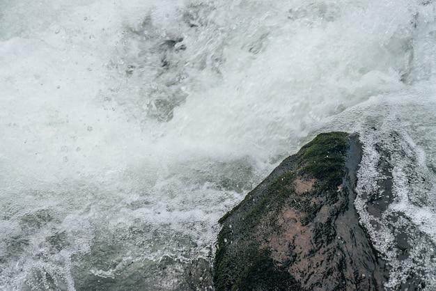 Полный кадр природа с валунами в водной ряби горной реки