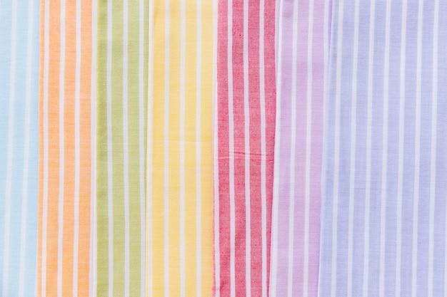 다채로운 줄무늬 패턴 커튼 샘플의 풀 프레임 샷