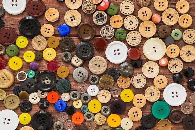 많은 다채로운 단추의 전체 프레임보기