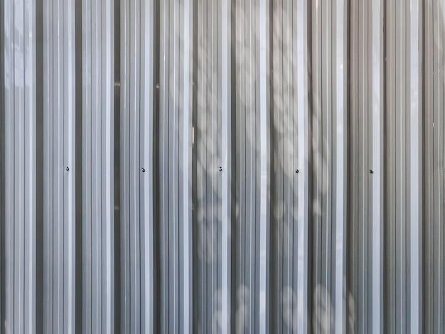 Полный кадр белый гофрированный металлический фон стены со светом и тенью