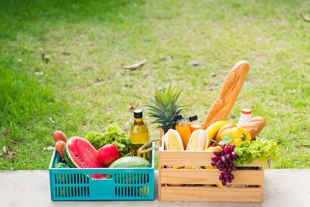 Полные свежие овощи и фрукты в деревянном ящике