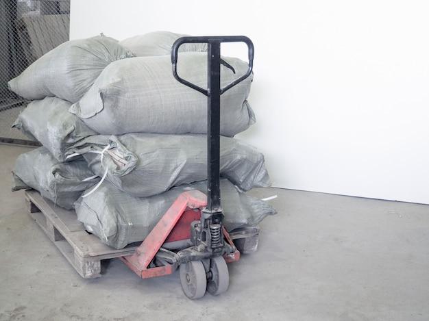 Полный мусорный мешок. мешки с мусором укладываются на поддон.