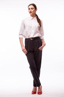 フルハイトポートレート白の若いかわいい実業家。