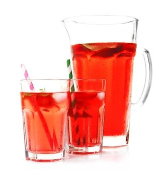 전체 용기와 흰색 절연 딸기 주스 잔