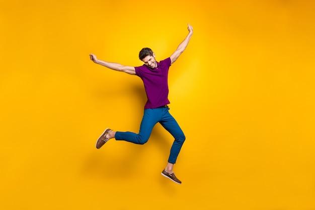 전체 길이 몸 크기 쾌활한 남자 나는 고립 된 그의 꿈을 실행 점프