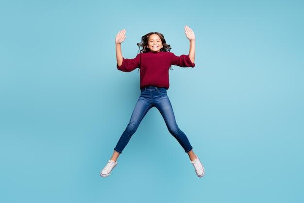 Фотография в полный рост белого веселого подростка прыгает, формируя звезду, улыбающуюся зубасто, изолированный яркий цветной фон