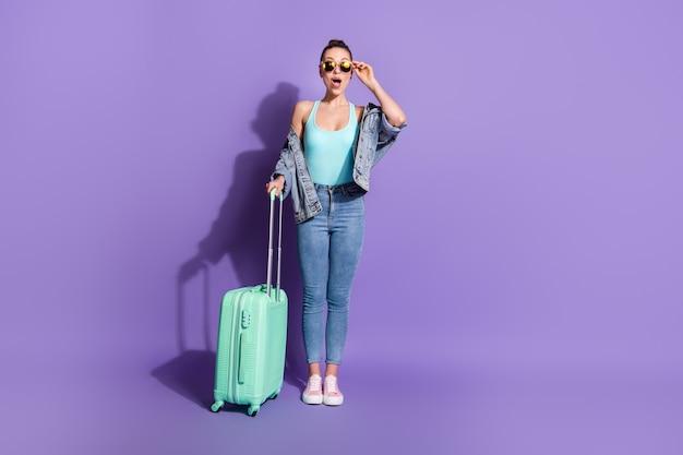 海外の空港ツアーを出発する女の子の全身サイズのビュー