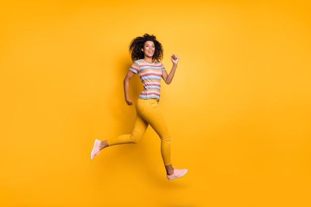 건강한 삶을 달리는 소녀 점프의 전체 길이 몸 크기보기
